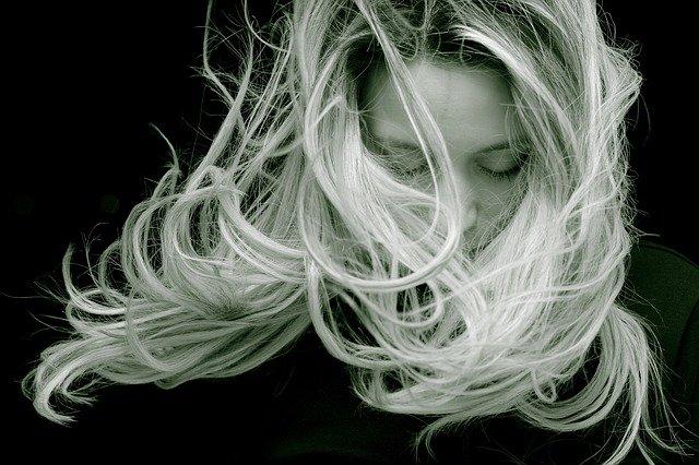 szybko przetłuszczające się włosy